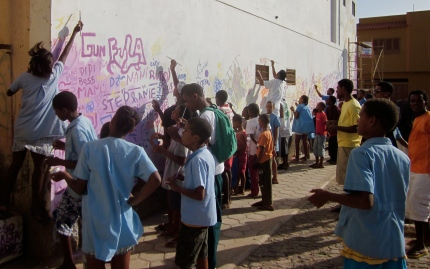 Kids in Mindelo, on the island of São Vicente, come to help out on the mural.